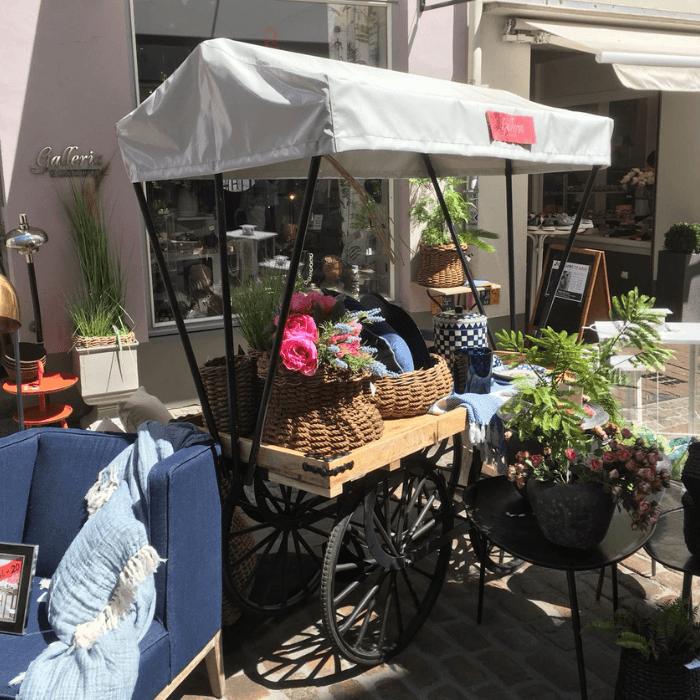 Mobile Warenpräsentation mit einem TRAMARK Marktwagen vor dem Geschäft