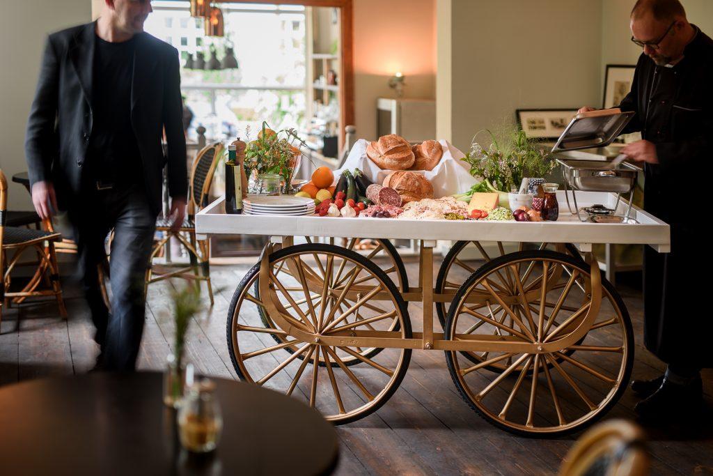 TRAMARK Marktwagen Empire als Buffetwagen zum Frühstück
