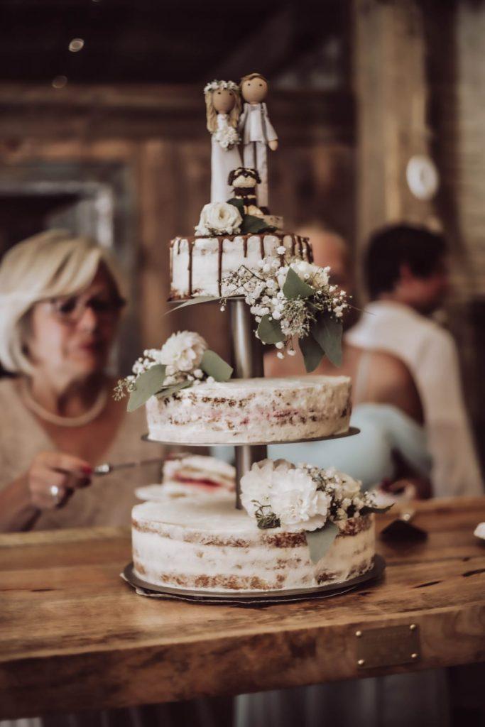 Hochzeitstorte auf Augenhöhe mit dem TRAMARK Tischaufsatz Stufe
